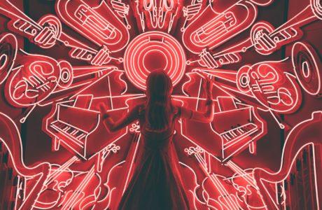 vrouw-neon-licht-muziek-concentreren