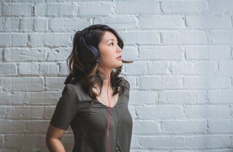 vrouw-headphones-podcast