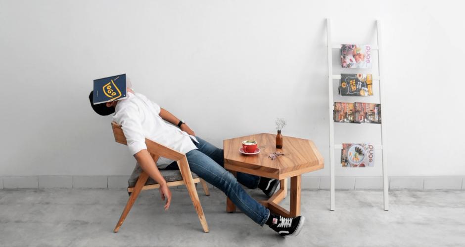 man-zitten-tijdschriften-moe