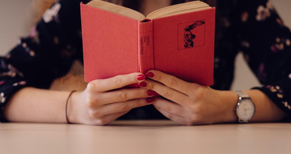 vrouw-boek-accepteren-loslaten