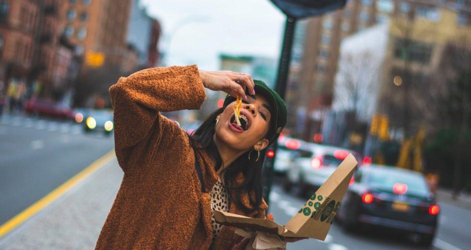 vrouw-pizza-intuïtief-eten