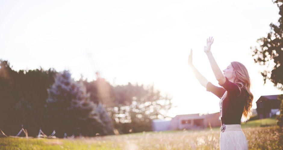 vrouw-zonlicht-kleine-geluksmomenten-ochtend