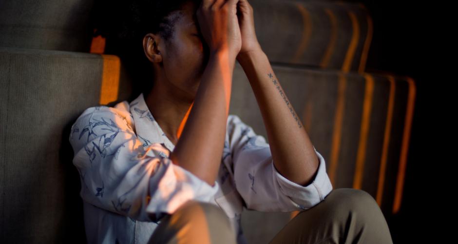 vrouw-handen-voor-gezicht-stress