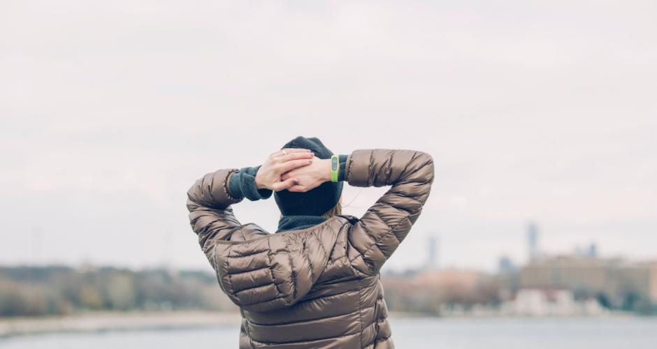 vrouw-handen-op-achterhoofd-stress-symptomen