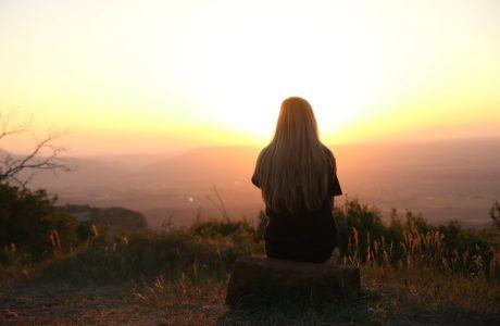 vrouw-zonsondergang-hulp