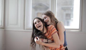 Een nieuwe manier van knuffelen: de Corona-knuffel