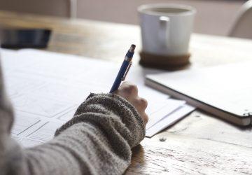 vrouw-pen-schrijven-koffie-eetbui