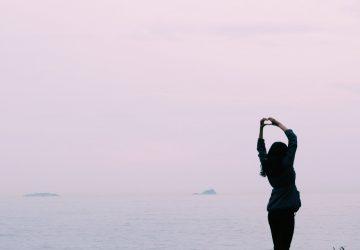 vrouw-water-uitzicht-emotionele-pijn