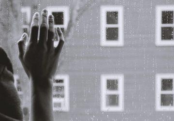 hand-raam-regen-verlies-dierbaar-persoon