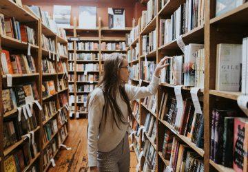 vrouw-bibliotheek-boek-hooggevoeligheid
