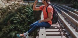 jongen-rails-drinken-plastic