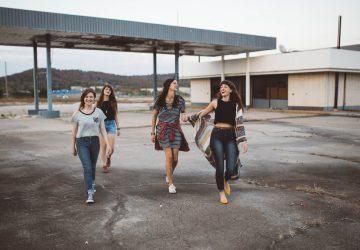 vrouwen-lopen-lachen-vriendschap-verbreken